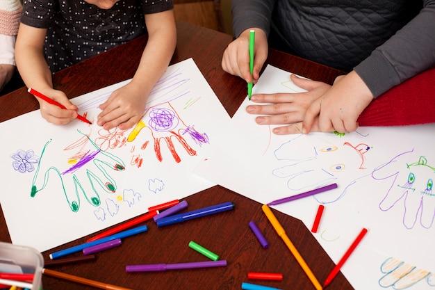 Dzieci z zespołem downa rysują