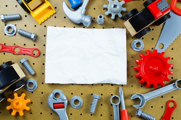 Dzieci zabawki budowlane narzędzia, kolorowe zabawki narzędzia, budowa na drewnianym tle.