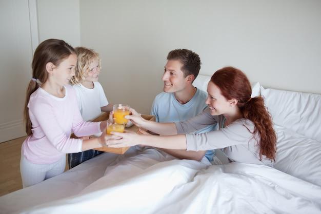 Dzieci zaskakują swoich rodziców śniadaniem