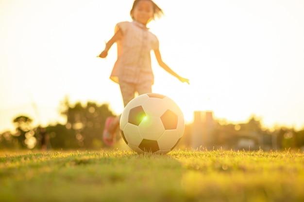 Dzieciak bawi się grając w piłkę nożną