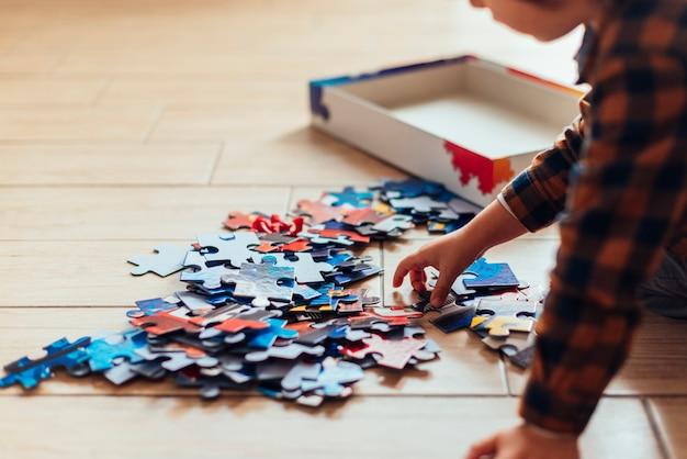 Dzieciak bawiący się układanką