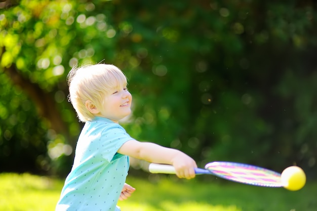 Dzieciak bawić się badminton w lato parku