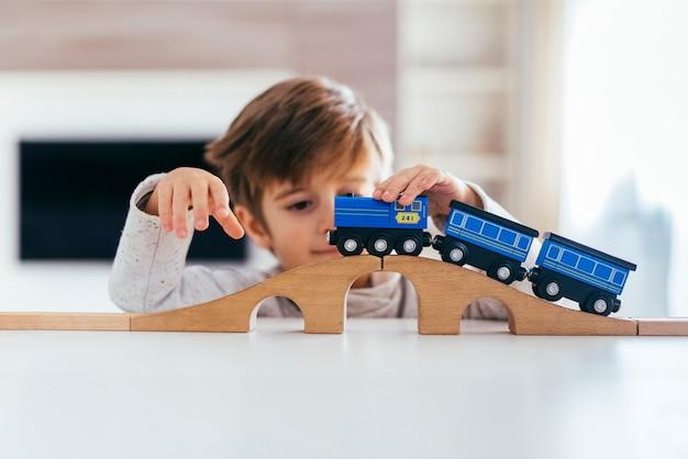Dzieciak bawić się z zabawkarskim pociągiem