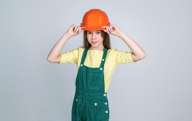 Dzieciak budowanie konstrukcji. inżynier nastolatek jest pracownikiem budowlanym. międzynarodowy dzień pracowników. elektryk to jej kariera. dziewczyna w kasku gra budowniczego. budowa i remonty. budowanie to jej życie.