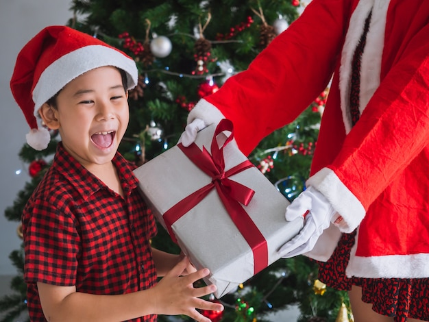 Dzieciak chętnie otrzymuje prezenty od świętego mikołaja