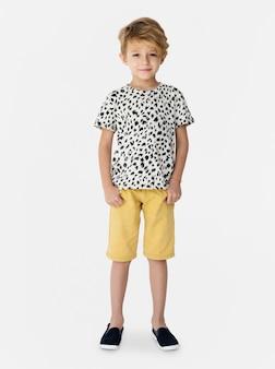 Dzieciak chłopiec folujący ciało stoi uśmiecha się odosobnionego portret