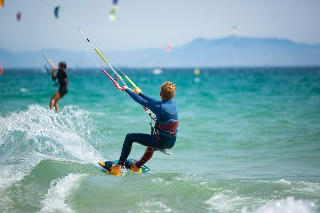 Dzieciak ćwiczący kitesurfing