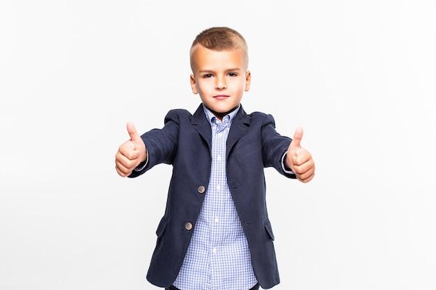 Dzieciak daje aprobata znakowi, ono uśmiecha się, odizolowywający na biel ścianie