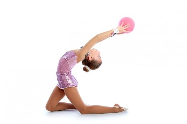 Dzieciak dziewczyny balowe rytmiczne gimnastyki ćwiczą na bielu