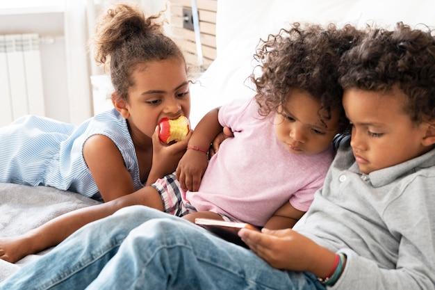 Dzieciak grający razem w grę przez telefon