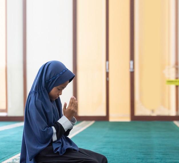 Dzieciak muzułmanin modli się do boga