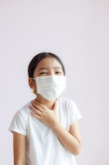 Dzieciak nosi ochronną maskę medyczną