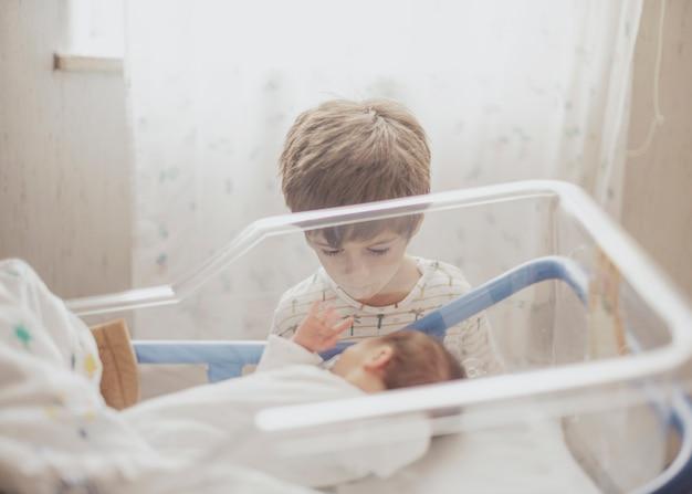 Dzieciak ogląda swojego młodszego brata