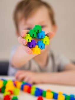 Dzieciak pokazuje swoją kolorową grę