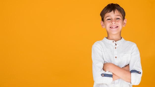 Dzieciak pokazuje szczęście z kopii przestrzenią