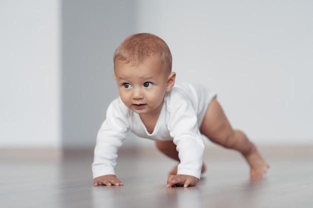Dzieciak próbuje stawiać pierwsze kroki