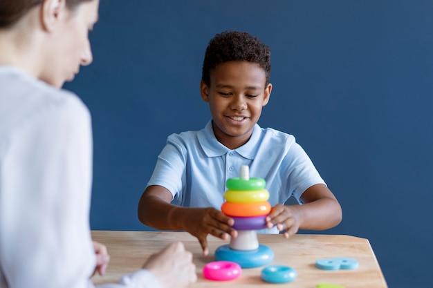 Dzieciak robi sesję terapii zajęciowej