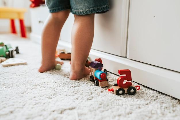 Dzieciak stoi w pokoju zabaw