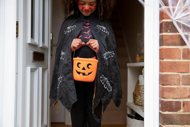 Dzieciak w uroczym, ale przerażającym kostiumie diabła