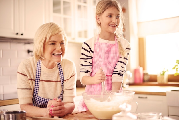 Dzieciak w wieku podstawowym robiący ciasto