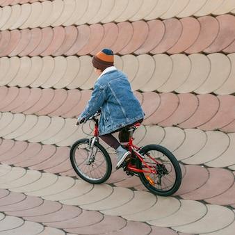 Dzieciak, zabawy na rowerze na świeżym powietrzu
