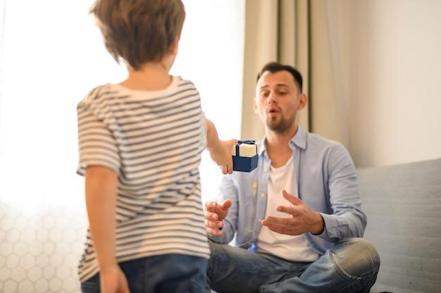 Dzieciak zaskakujący ojciec z prezentem