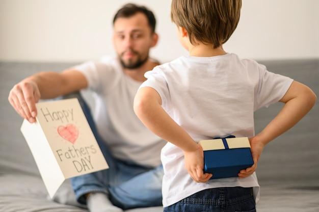 Dzieciak zaskakujący tata z prezentem