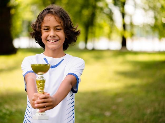 Dzieciak zwycięża po meczu piłki nożnej
