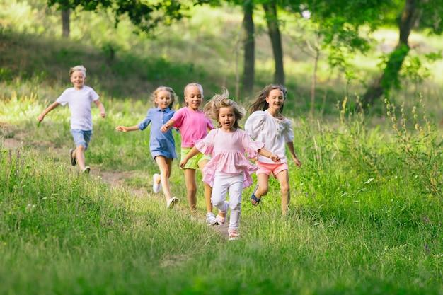 Dzieciaki biegające po łące