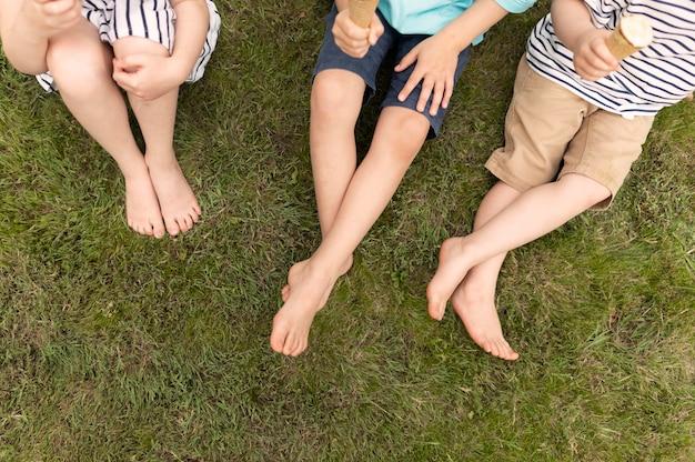 Dzieciaki clsoe-up jedzące lody