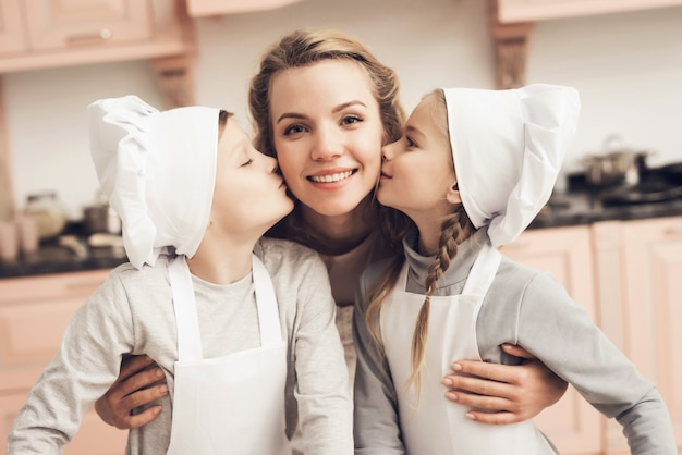 Dzieciaki mali szefowie kuchni kochają mum rodziny w domu kuchni.