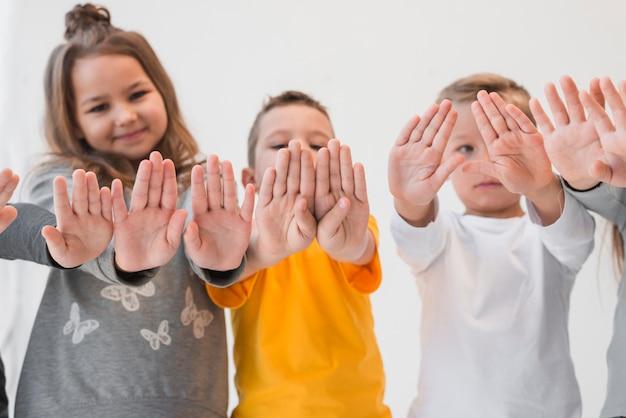 Dzieciaki pokazujące swoje dłonie