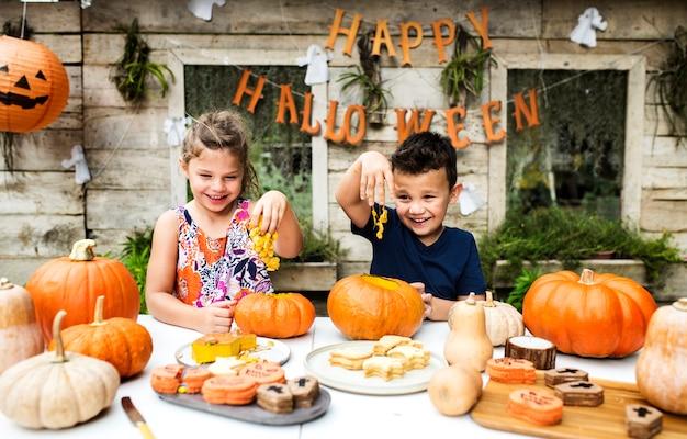 Dzieciaki rzeźbiące halloween-o-latarnie