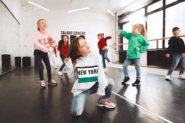 Dzieciaki w szkole tańca. tancerze baletowi, hiphopowi, uliczni, funky i modern