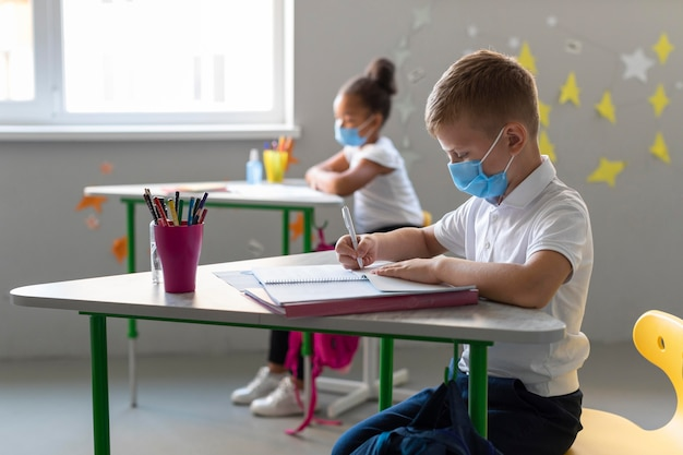 Dzieciaki w ukryciu wracają do szkoły w czasie pandemii