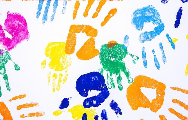 Dziecięca dłoń drukowana na białym tle