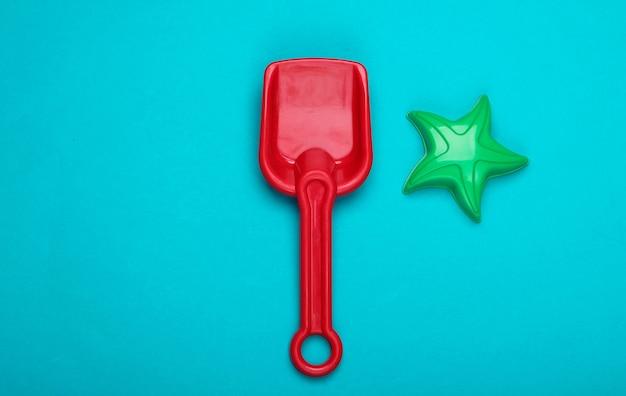 Dziecięca łopata i zabawka gwiazdka do piaskownicy lub plaży na niebiesko