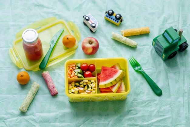 Dziecięca piknikowa tapeta w tle z jedzeniem, arbuz i warzywa
