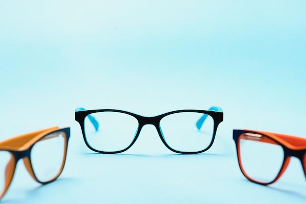 Dziecięca plastikowa ramka na okulary. makieta do projektu sklepu optycznego i sklepu, kliniki okulistycznej. okulary do czytania i dali, korekcja wzroku. piękna oprawka okularów.