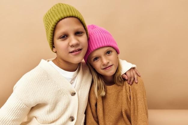 Dziecięca zabawa moda młodzieżowa stylowa odzież dziecięca studio lifestyle. zdjęcie wysokiej jakości