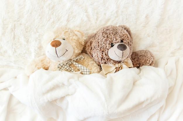 Dziecięca zabawka śpi pod kocem. skopiuj miejsce. selektywna ostrość.