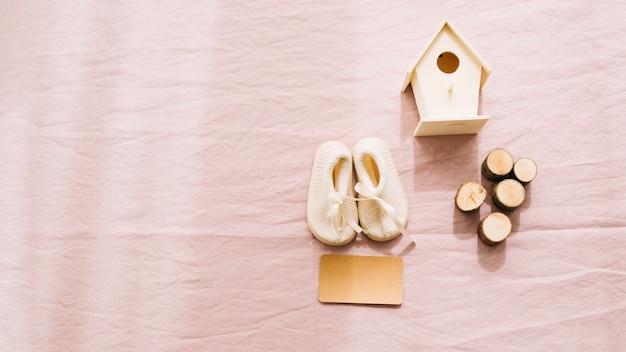 Dziecięce buty i drewniane dekoracje