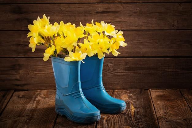 Dziecięce buty ogrodowe z wiosennymi kwiatami