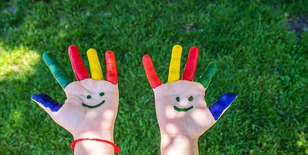 Dziecięce dłonie w kolorach lata. selektywne skupienie.natura
