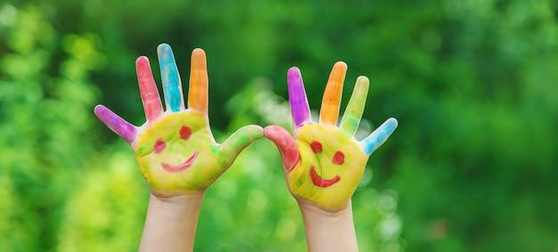 Dziecięce dłonie w kolorach lata. selektywne skupienie.