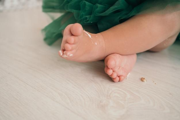 Dziecięce nogi zbliżenie miejsce na tekst o dzieciach rozbijających tort na rok dziec...