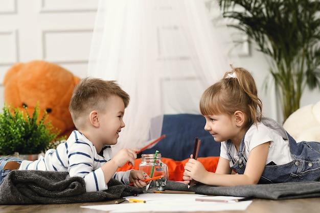 Dzieciństwo. dwoje dzieci w domu