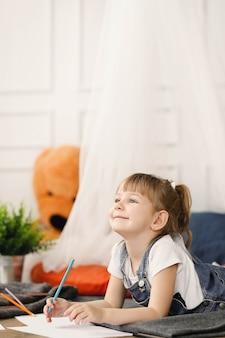 Dzieciństwo. młoda dziewczyna w domu
