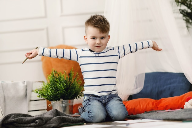 Dzieciństwo. młody chłopak w domu