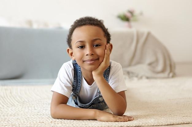 Dzieciństwo, styl życia i pozytywne ludzkie wyrażenia.